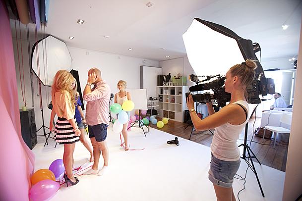 TV2 på besøk i studio vårt i forbindelse med fotografering av Mari. Foto: Marion Haslien
