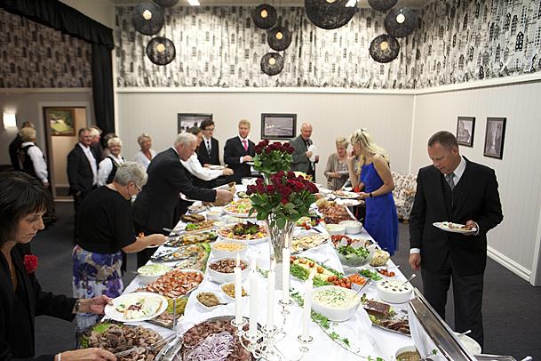 Stensrød på Eidet. Her er det servering av mat i selskapslokalet. Foto: Marion Haslien