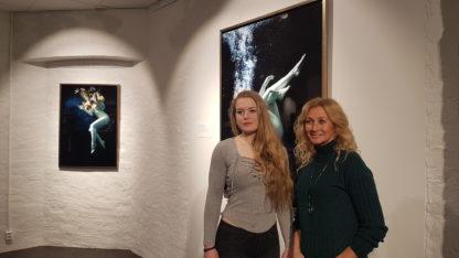 Norges største fotobutikk, Scandinavian Photo, inviterte Marion til å holde en egen utstilling i deres butikk i Oslo i 2018. Her ble undervannsfoto og aktbilder stillet ut. Bildet viser Marion t.h og modellen som poserte i bildet.
