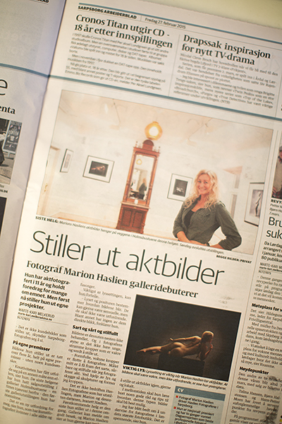 Omtale i Sarpsborg Arbeiderblad om utstillingen hos Holmsbustuene.