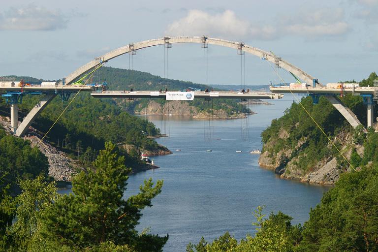 Her kommer siste bit av Svinesundsbroen på plass i juli 2004. Foto: Marion Haslien