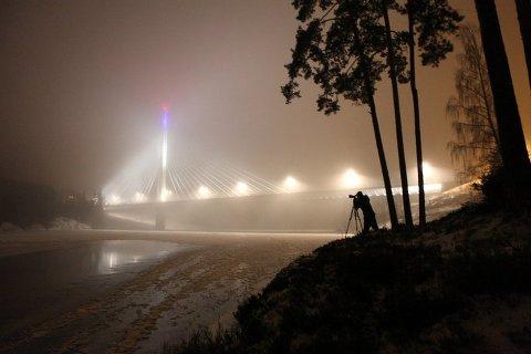 Her er jeg i gang med fotografering av Smaalene bro i Askim. Jeg var oppe en rekke ganger vinteren 2010 før jeg endelig ble fornøyd med brobildet. Det var mye tåke som gjorde gjorde at vi måtte komme tilbake. Foto: Raymond Haslien