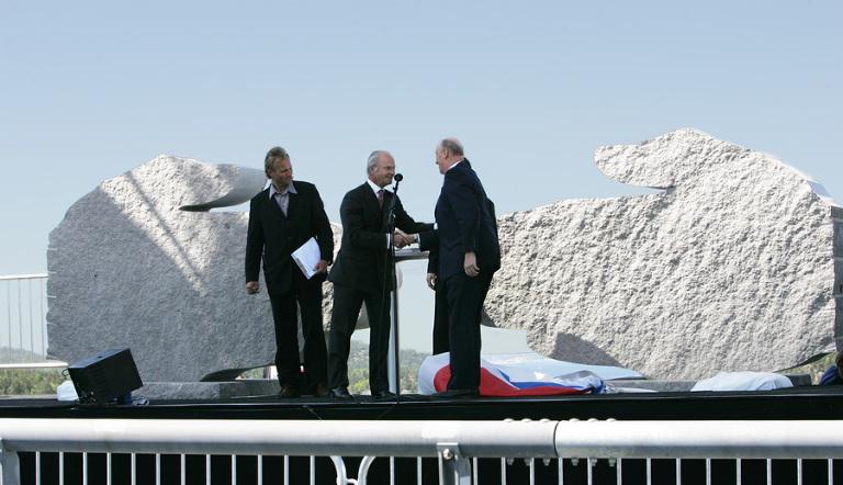 Både vår egen konge og den svenske var på plass under åpningen av Svinesundsbroen i 2005. Monumentene de avduket står i dag på hver side av broen. Foto: Marion Haslien