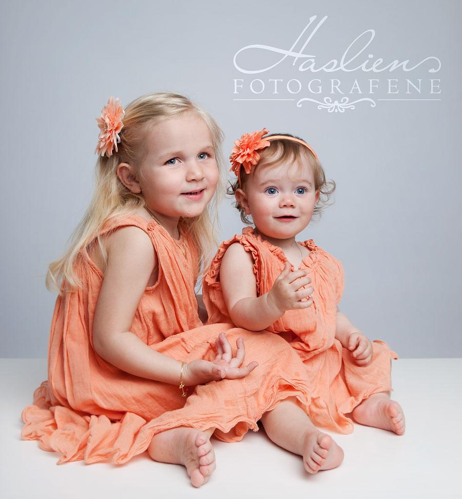 Dette bildet er hentet fra en av flere fotograferinger vi har hatt i dag. To søte søsken som smiler sååååå utrolig søtt.