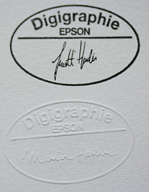 Digigraphie kan påføres enten som preg eller stempel på fotoprint med fotografens navn.