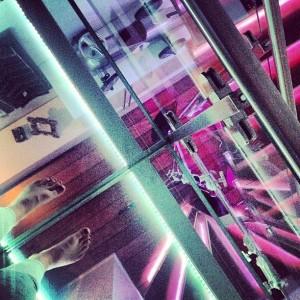 Dekorativt om kvelden. Her står vi oppe på glassbroen og fotograferer ned på trappen. Bildet er tatt med Iphone.