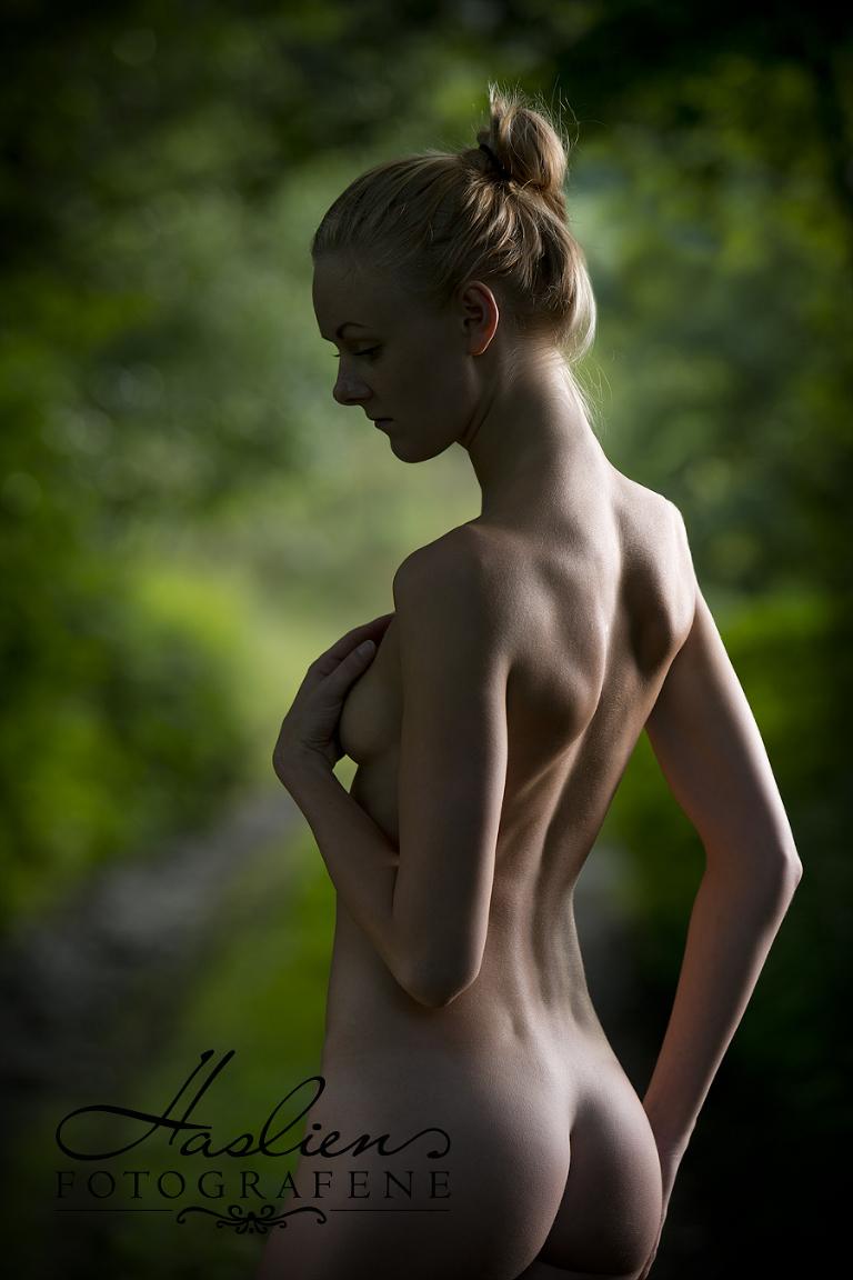 Kroppen er et vakkert skaperverk med linjer og former. Derfor er alltid vårt mål her hos oss i Haslien Fotografene å få frem det sarte og stilfulle når vi tar slike bilder. Foto: Marion Haslien