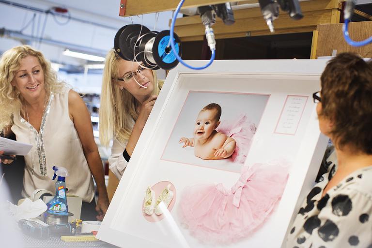 Besøk hos Lundeby. Hva med å få den lilles kjole, sko og fotografi i en og samme ramme? Mulighetene er mange om man bare bruker kreativiteten.