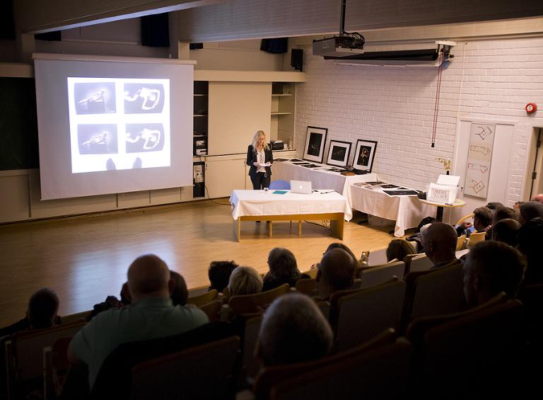 Foredrag hos Oslo Kameraklubb. Her viser vi at fotoprint kan by på utfordringer. Selv med egen storformatskriver må vi ofte printe flere ganger før vi er fornøyd med resultatet.