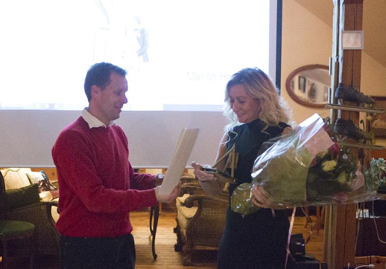 Prisutdelingen fant sted på det årlige julemøte i Østfold Fotograflaug. Prisutdeler Kåre Lundeby overrekker her premie til Marion Haslien for høyeste oppnådde poengsum blant 44 bilder i Østfold Fotograflaug. Daguerreprisen gikk også til Marion. For femte år på rad gikk begge prisene til en av fotografene i Haslien Fotografene.