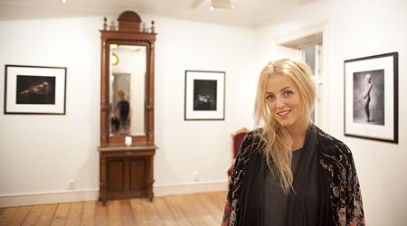 Jeanett Haslien stiller også ut bilder på Holmsbustuene. Her i utstillingslokalet på Holmsbu.