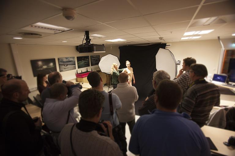 Kurset hos Scandinavian Photo var fulltegnet også denne gang. I mars holder vi workshop igjen. Her fra onsdagens  workshop hvor dyktige Lise Marie var aktmodell.