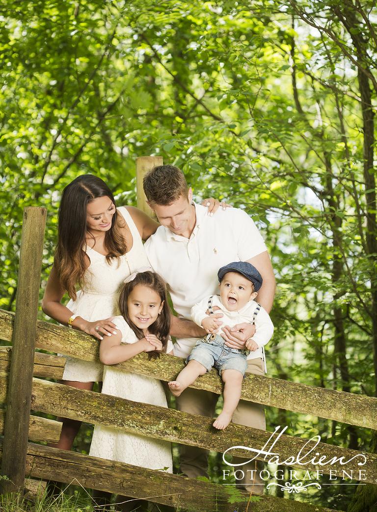 Haslienotografene-familie-foto-utenførs-sommer-portrett-1år-gruppe-natur-sarpsborg-fotograf04