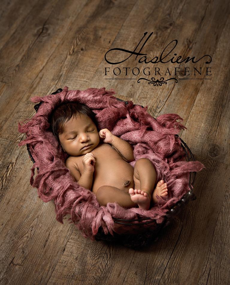 Denne lille søte nyfødte babyen er langt fra dagens tema :-) En lite nusselig jenta besøkte oss i vårt fotostudio tidligere i september.