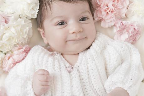nyfødfotot fotografert med blomster