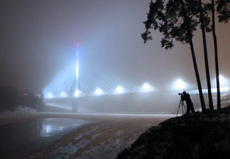 Her er Marion Haslien i jobb med å fotografere Smaalenene bro.