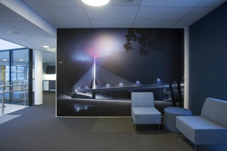 Vårt bilde på veggen hos Statens Vegevesen i Moss i deres nye lokaler.