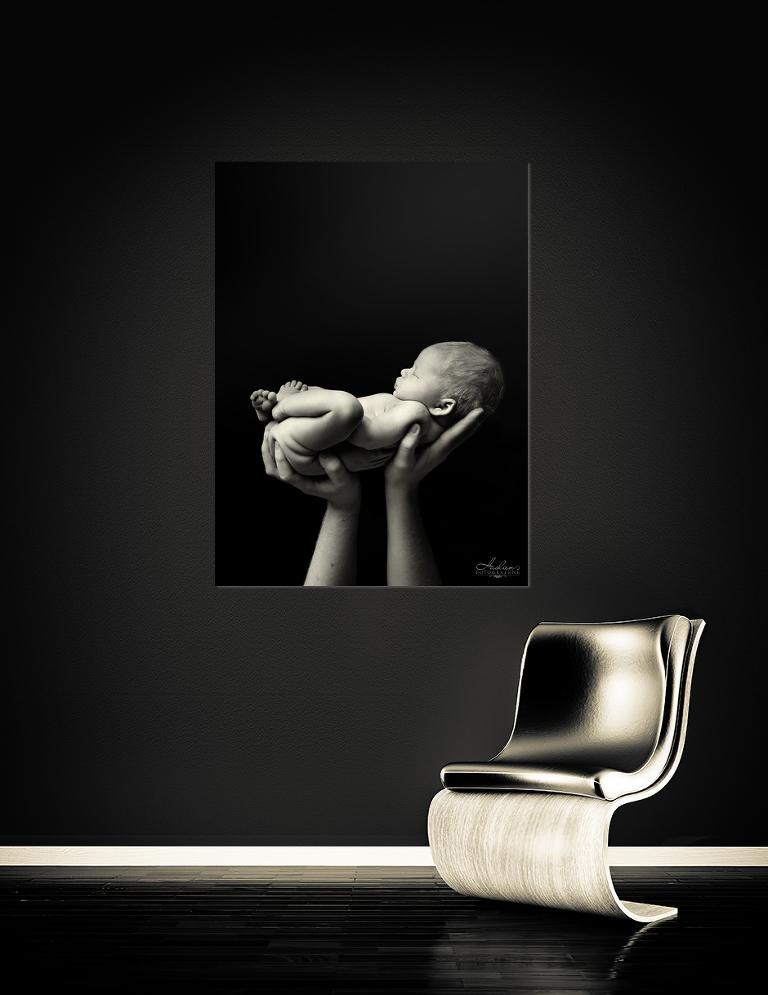 Et nyfødtfoto som også passer til interiøret. «Timmy» er bilder limt til glass og plate og passer godt til en minimalistisk stil. Bildene kan selvsagt tas hvite for dere som kjører hvit stil hjemme.