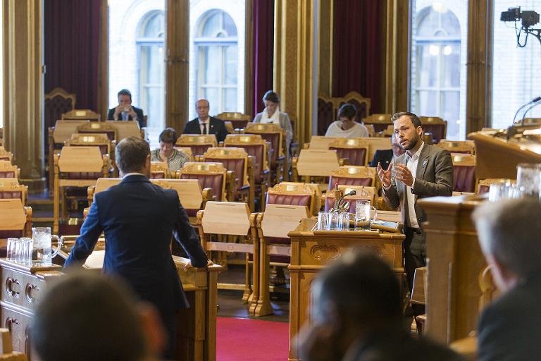 Prtileder Audun Lysbakken (SV) i diskusjon med helseminister Bent Høye (H) i Stortingets spørretime. Foto: Lovise Myrnes Steinrud, Haslien Fotografene