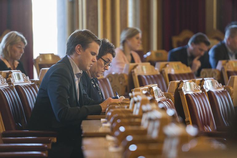 Stortingsrepresentanter i arbeid under Stortingets spørretime. Foto: Lovise Myrnes Steinrud, Haslien Fotografene