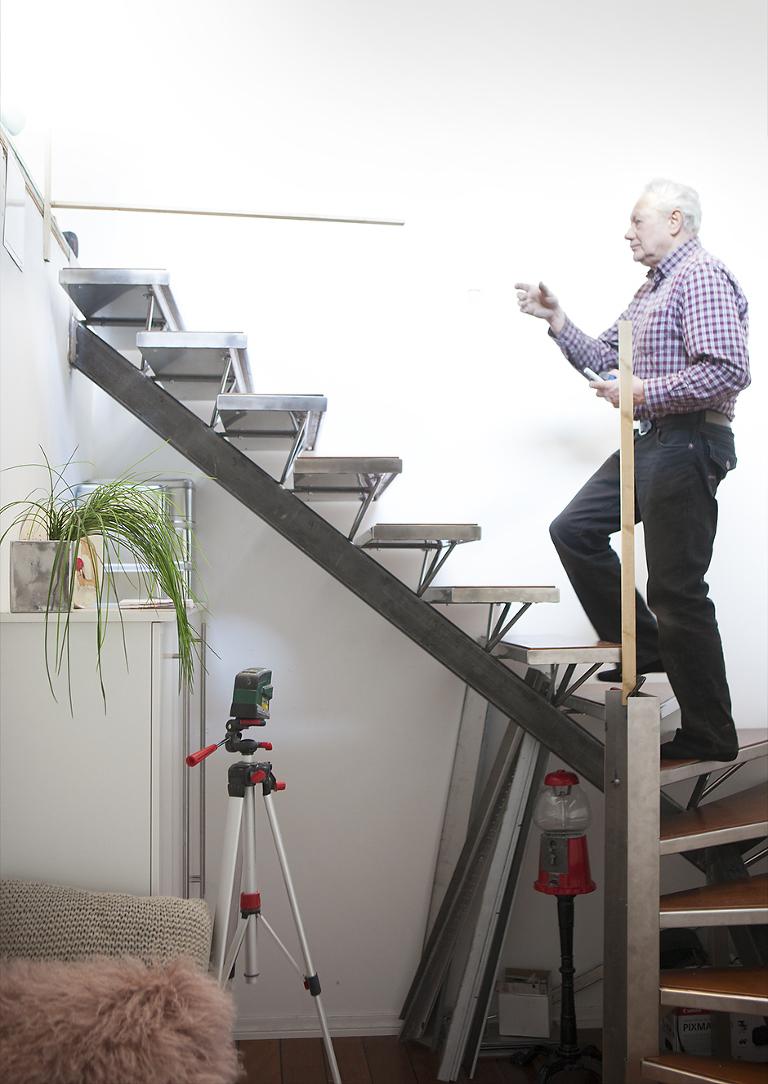 Her er pappa i arbeid med å bygge trappen i vårt fotostudio. Det ble en del oppmålinger og millimeterpresisjoner.
