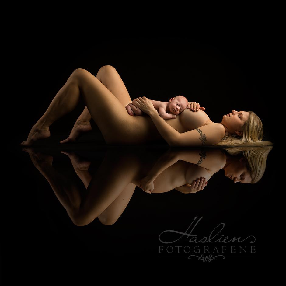 """Før og etter graviditet. Bildet er et """"speilbilde"""" av mor. I speilbildet kan du se at hun er gravid."""