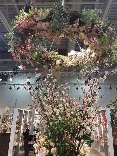 """Mr. Plants var representert på design-messen på Lillestrøm. Man blir ganske """"sjuk"""" av alt det vakre som de tilbyr. Her en stor blomsterring hengende i taket. Alt av kunstige blomster."""