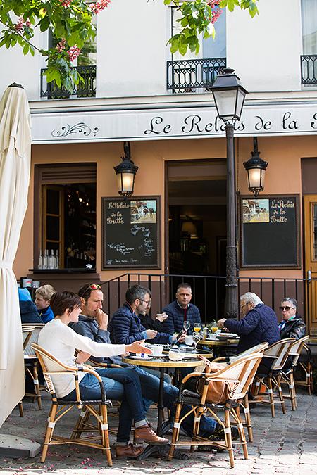 Montmartre. Typiske små kafeer i Montmartre. Her råder en avslappet stemning.