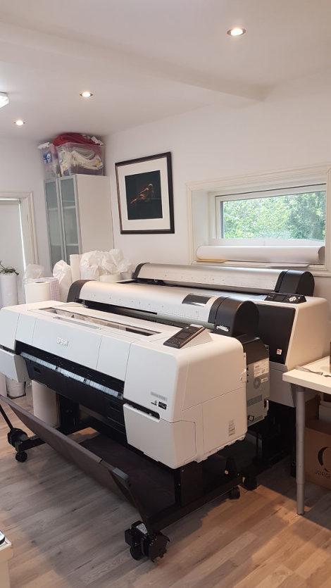 Ny fotoprinter ankom vårt fotoverksted i dag. I kveld må vi få ryddet ny plass til den gamle printeren som står bak. Den skal fortsatt være i jobb her hos oss. Tirsdag kommer Infografikks representant for å bistå med installasjon.