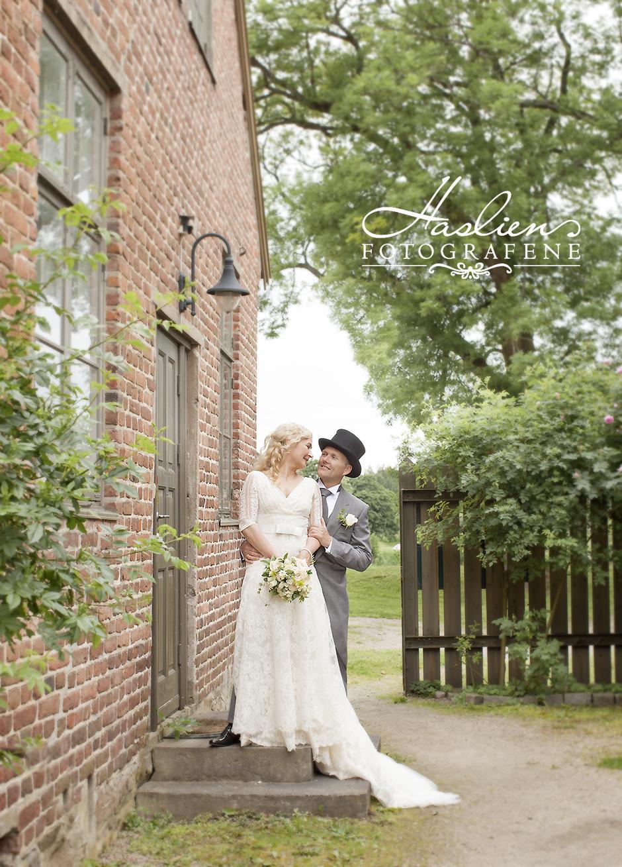 Lisbeth & Sven ble fotografert i Gamlebyen i Fredrikstad sommeren 2017. For å se hele serier bryllupsfoto ber vi deg gå til vårt temagalleri.