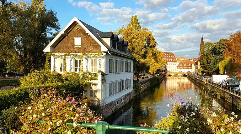 Det er mange kanaler i Strasbourg. Her kan man kjøre sightseeing-båter som tar deg rundt i byen.
