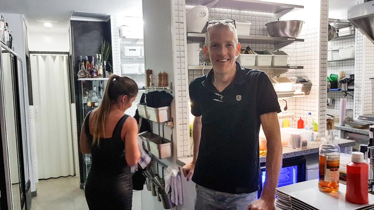 Robert driver en liten restaurant på Gran Canaria som ligger utenfor de store hovedgatene. Det står ingen innpiskere ved døren til restauranten likevel trekker den mye folk som er bevisst på mat.