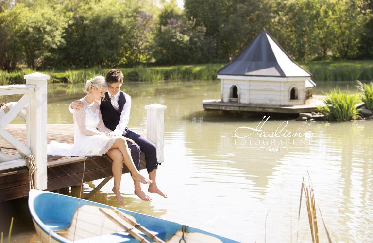 Bilder og video er av brudeparet Juliane og Morgan. Bildene er tatt på Østgaard i Halden.