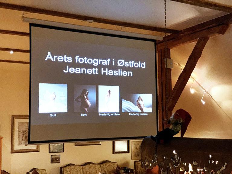 """Jeanett Haslien ble """"Årets fotograf"""" i Laugskonkurransen i Østfold Fotograflaug. Tittelen """"Årets fotograf"""" går til den fotografen som har høyest poengsum totalt. I tillegg hadde Jeanett det enkeltbilde som hadde høyest poengsum. Resultatene fra konkurransen presenteres på det årlige julebordet for fotografer som holdes hos Lundeby. Foto: Frdrik Jonassen"""