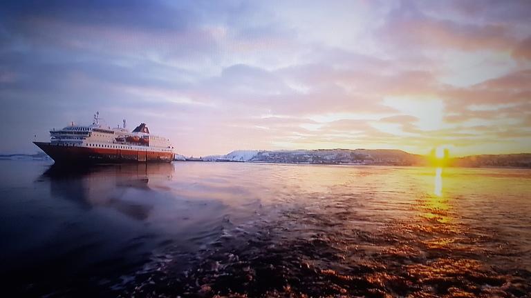 Det var litt rart å sitte i tyskland å se en av tysklands største TV-kanaler sende dokumentar fra Hurtigruten og Norskekysten. Kanalen ONE er en av Tysklands største TV-kanaler og sender over flere land i regionen. Norge er eksotisk for mange.