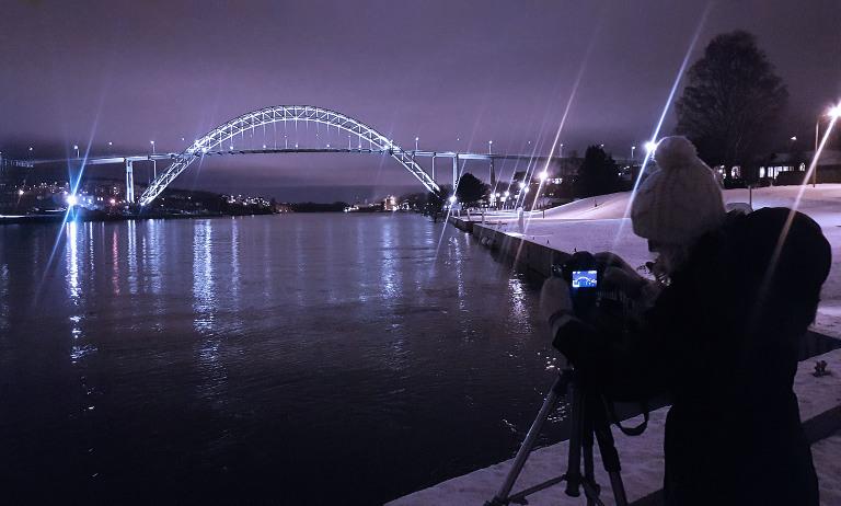 I arbeid også utenfor studio. Her er vi i gang med fotografering av Fredrikstad-broen for en oppdragsgiver. Mobilfoto.