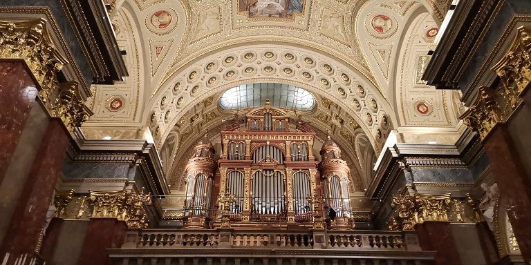 Her ser man orgelet i St. Stefans Basilika kirke i Budapest i Ungarn. En kirke jeg besøkte sist uke. Som man ser er orgelpipene også vakkert i kirkerommet. De gir en mektig lyd i et rom med imponerende akustikk.